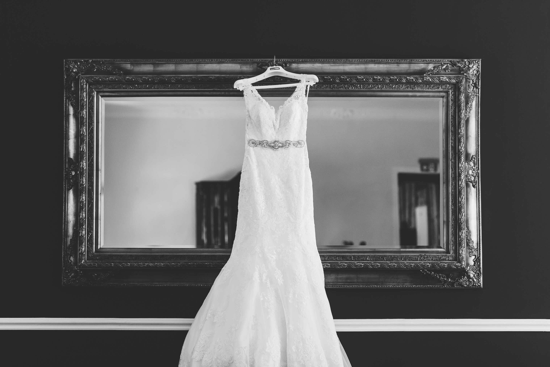 das mit Spitze besetzte Brautkleid