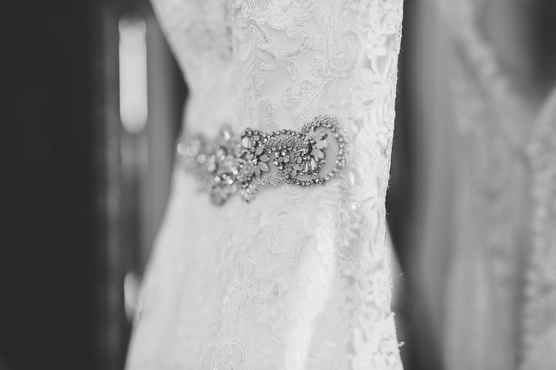 Schmuckdetail des Brautkleides