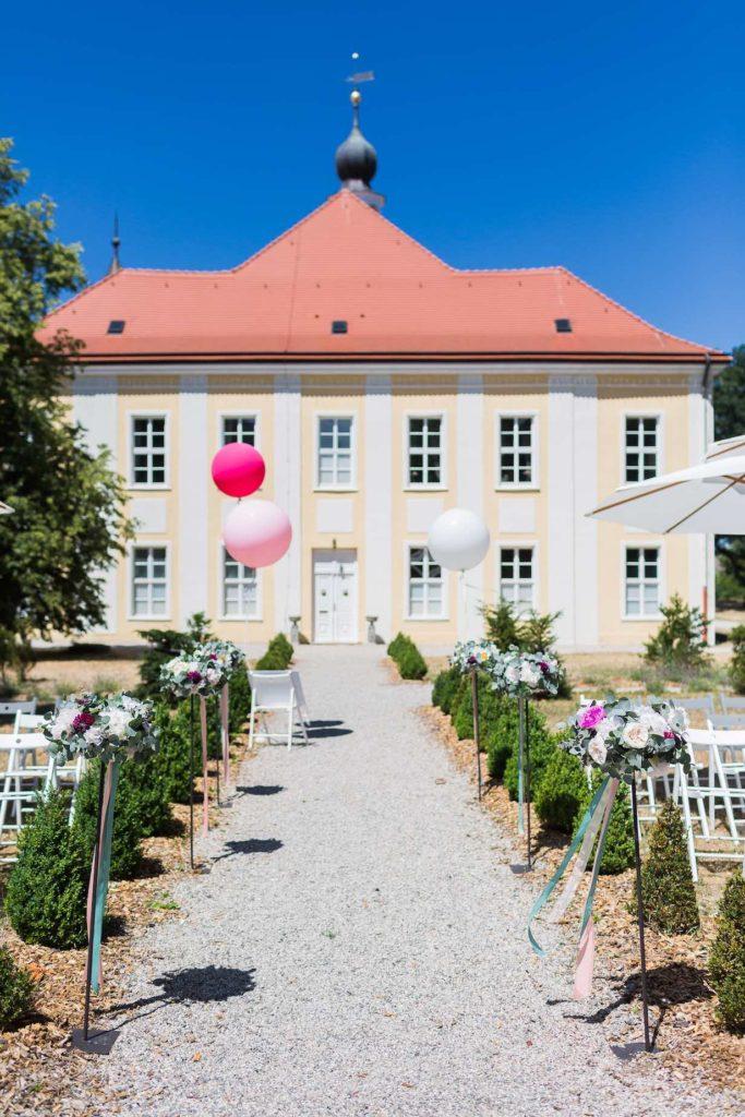 der Weg zum Traualtar mit Schloss Hohenpriessnitz im Hintergrund