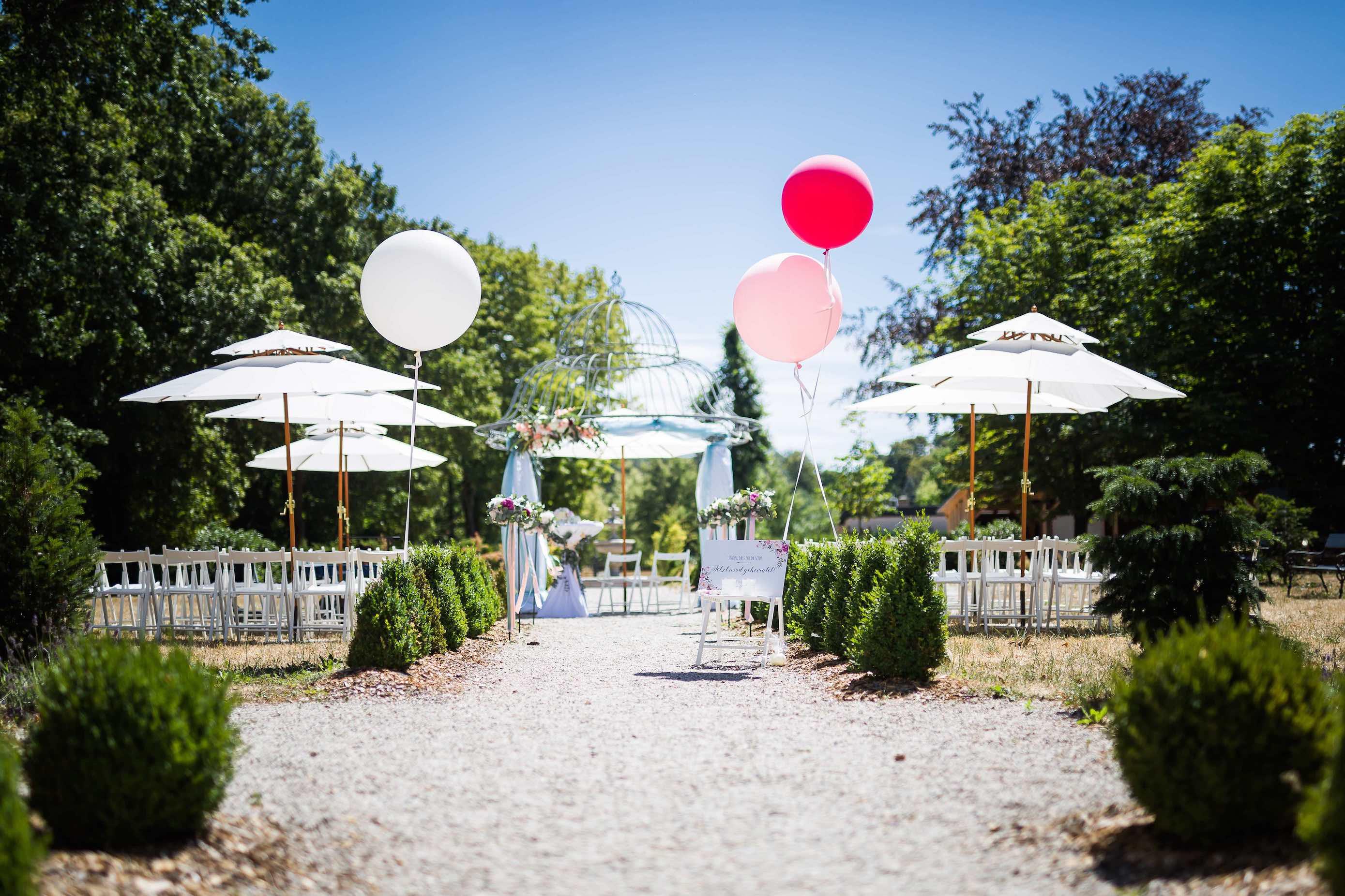 Traupavillon mit Schirmen, Stühlen für die Gäste, Luftballons