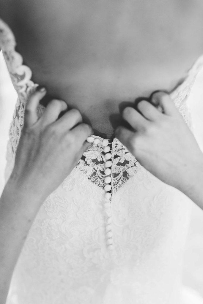 der Rückenausschnitt des Brautkleides