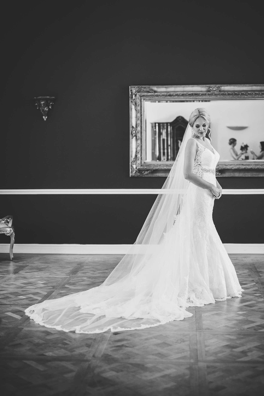die Braut mit ihrem langen Schleier und langer Schleppe