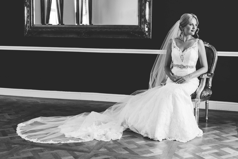 die Braut in einem barocken Sessel