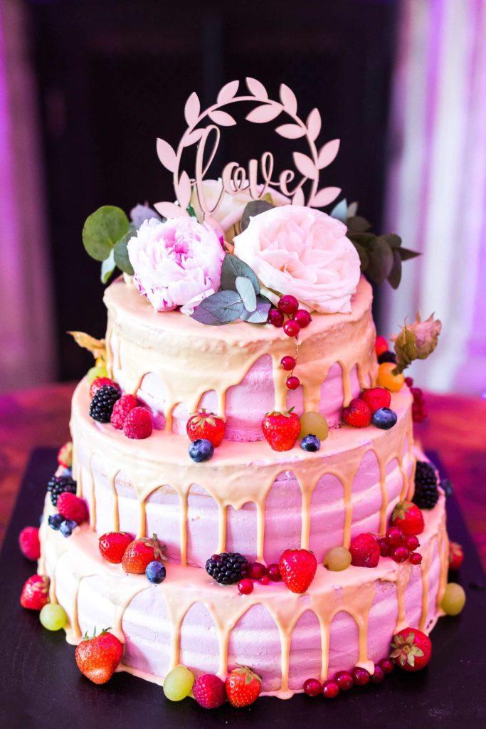 3-stöckige Hochzeitstorte dekoriert mit roten Beeren
