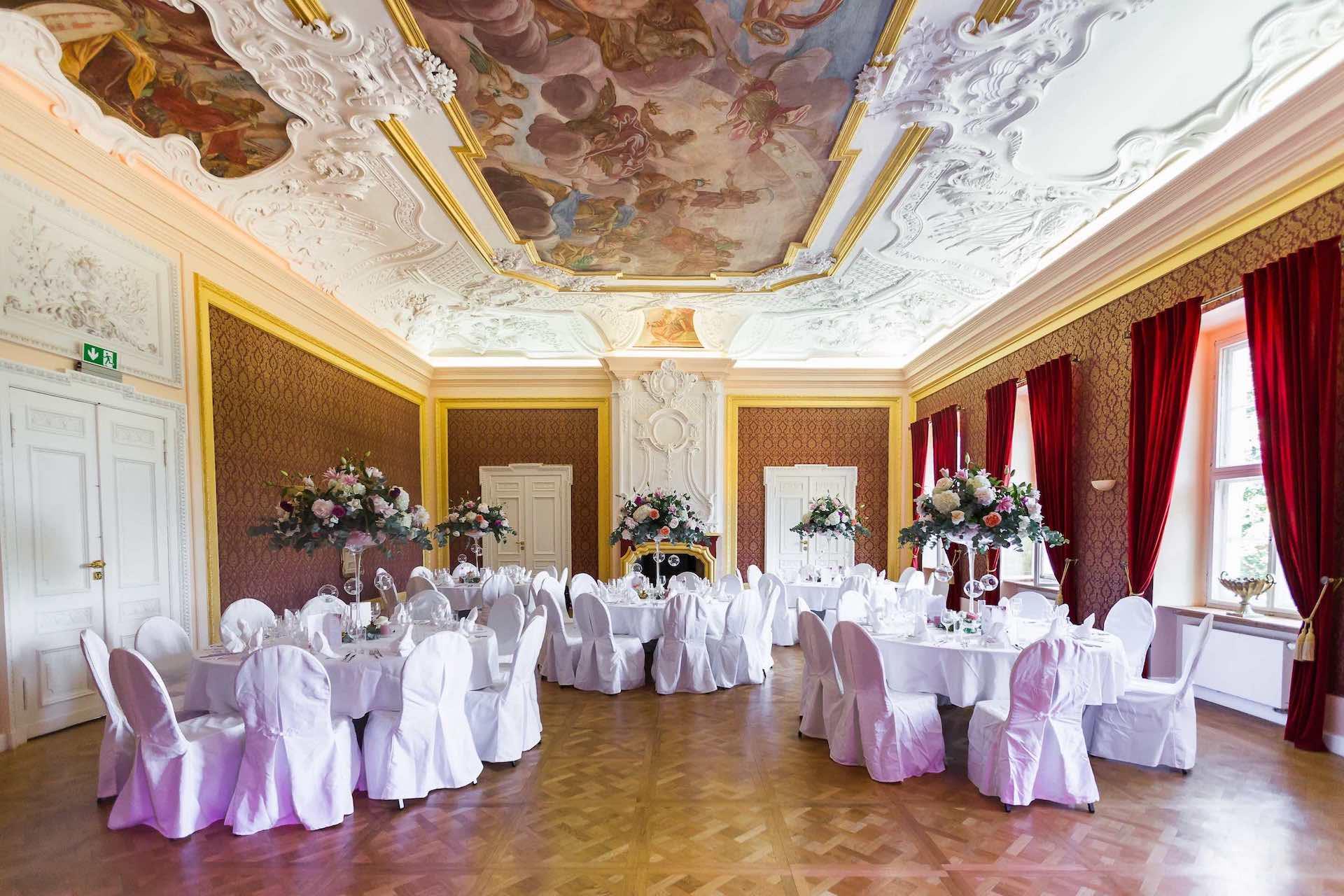 der geschmückte Festsaal von Schloss Hohenpriessnitz