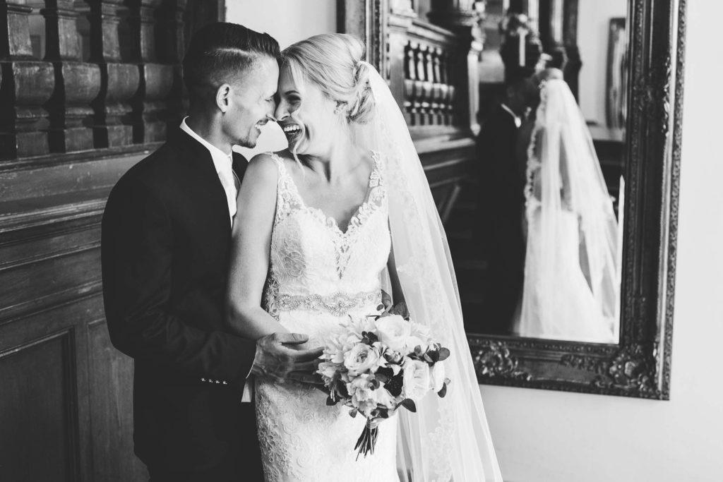 das Brautpaar lacht sich herzlich zu