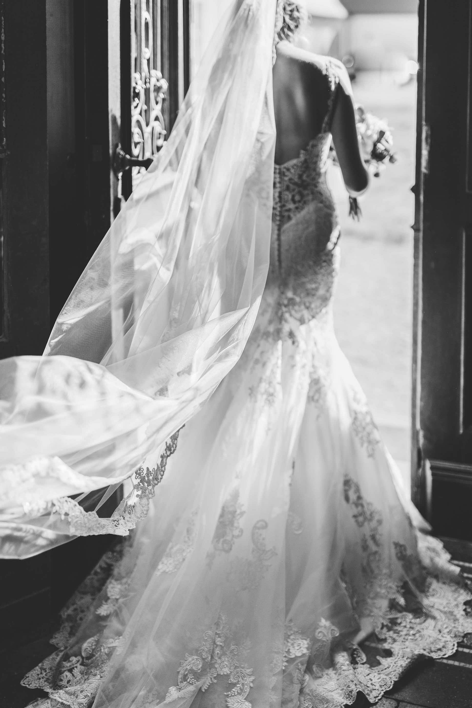 die Braut schreitet durch die Tür zum Traualtar
