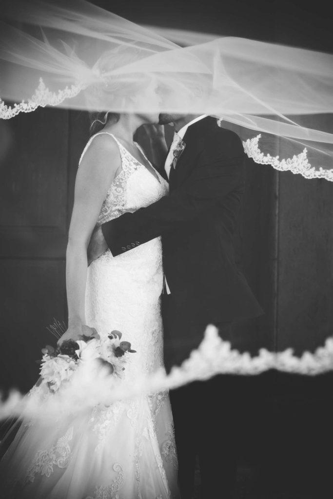 das Paar umwoben vom Schleier der Braut