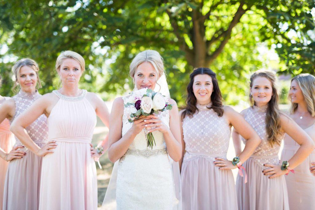 die Braut mit ihren sechs Trauzeuginnen