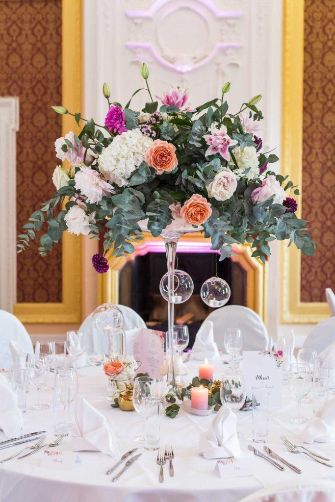 wunderschöne Centerpieces in orange, lila, pink und weiß