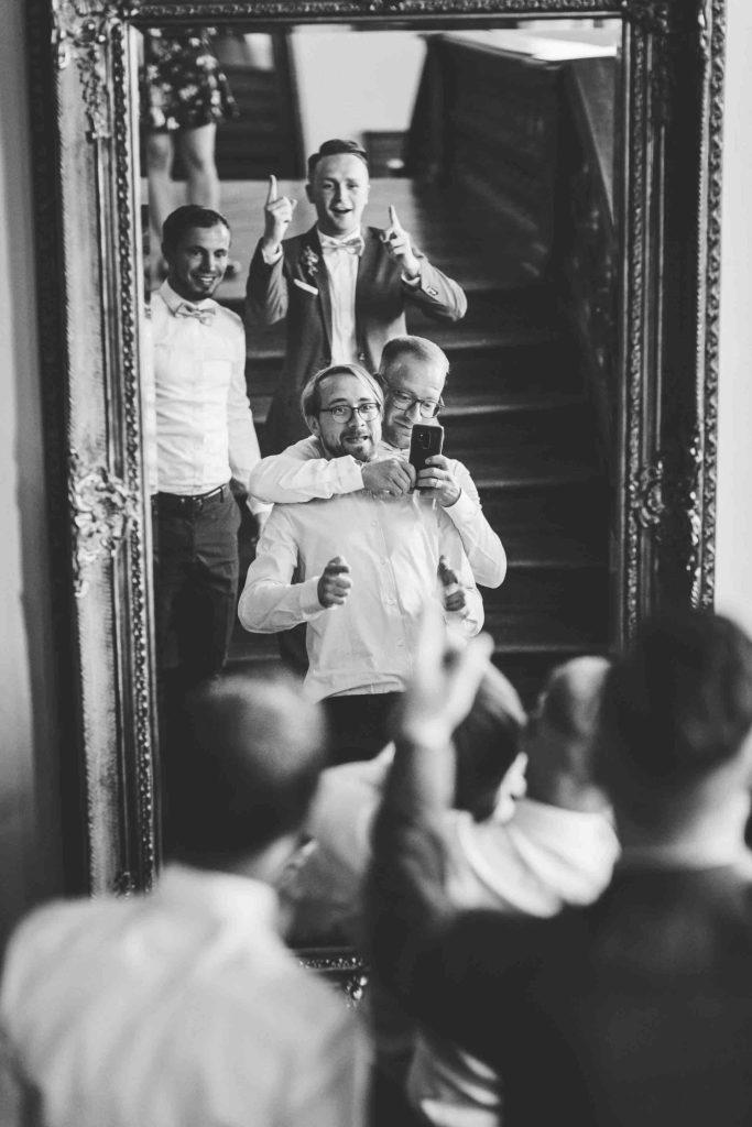 die Trauzeugen machen Selfies von sich im Spiegel