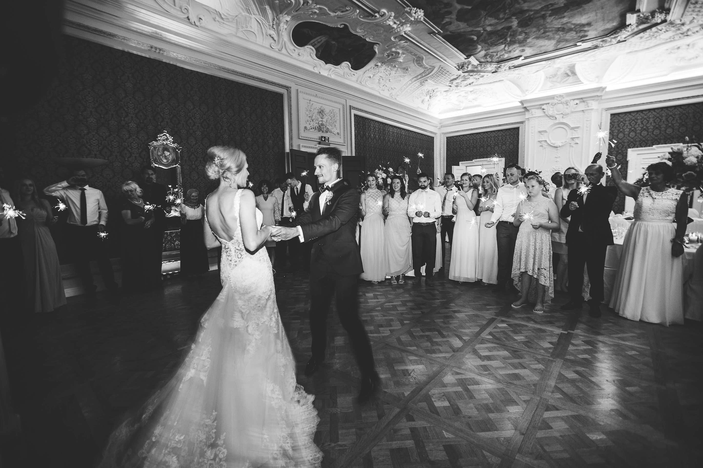 Eröffnungstanz des Brautpaares mit Wunderkerzen