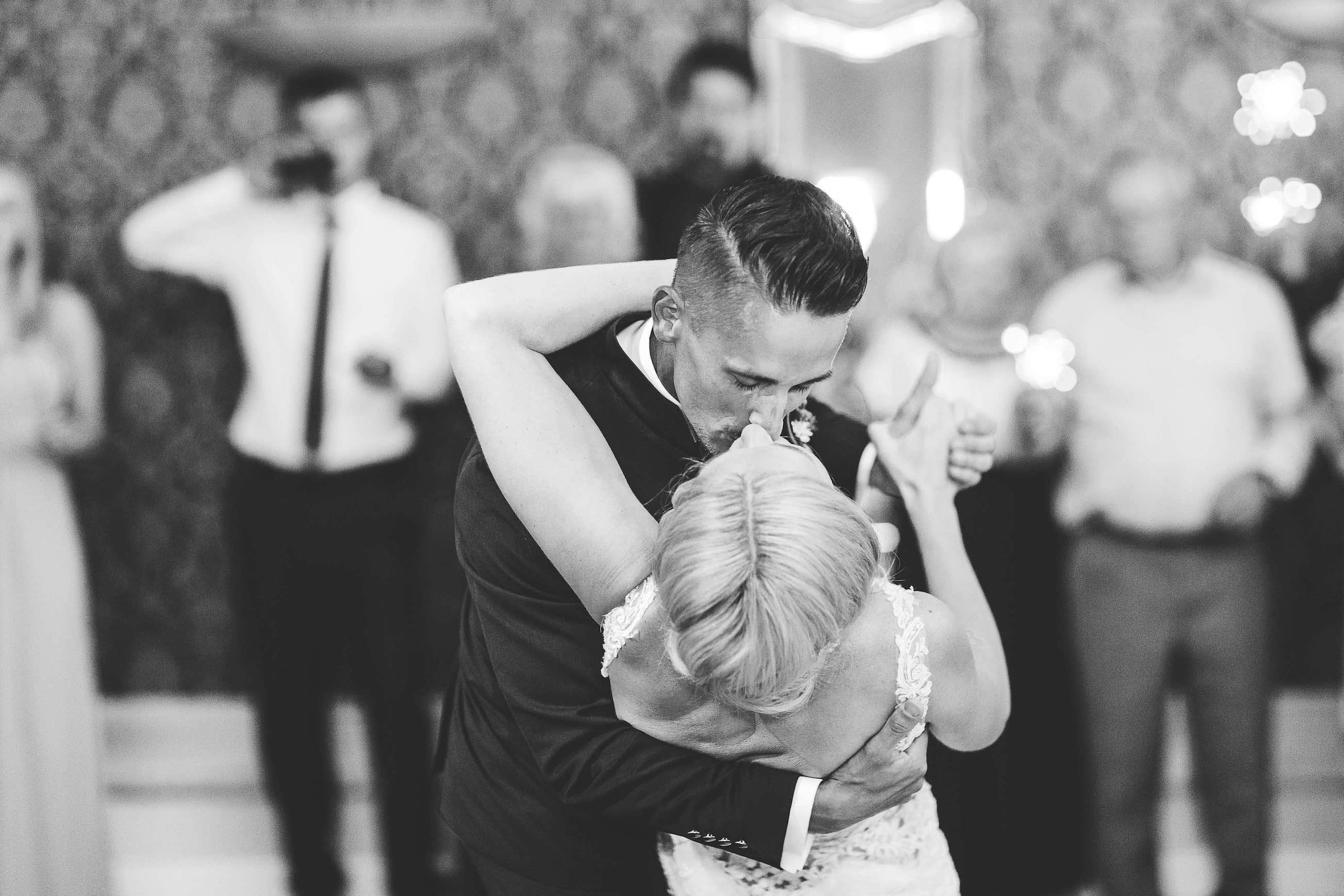 leidenschaftlicher Kuss des Brautpaares