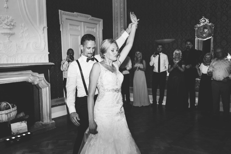 das Brautpaar tanzt ihren Eröffnungstanz mit Superhero Pose