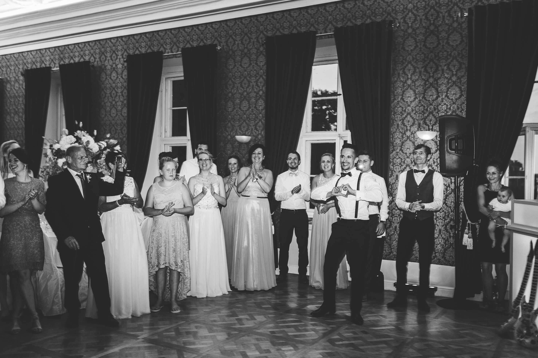 Der Bräutigam wirft seiner Braut ein Herz zu