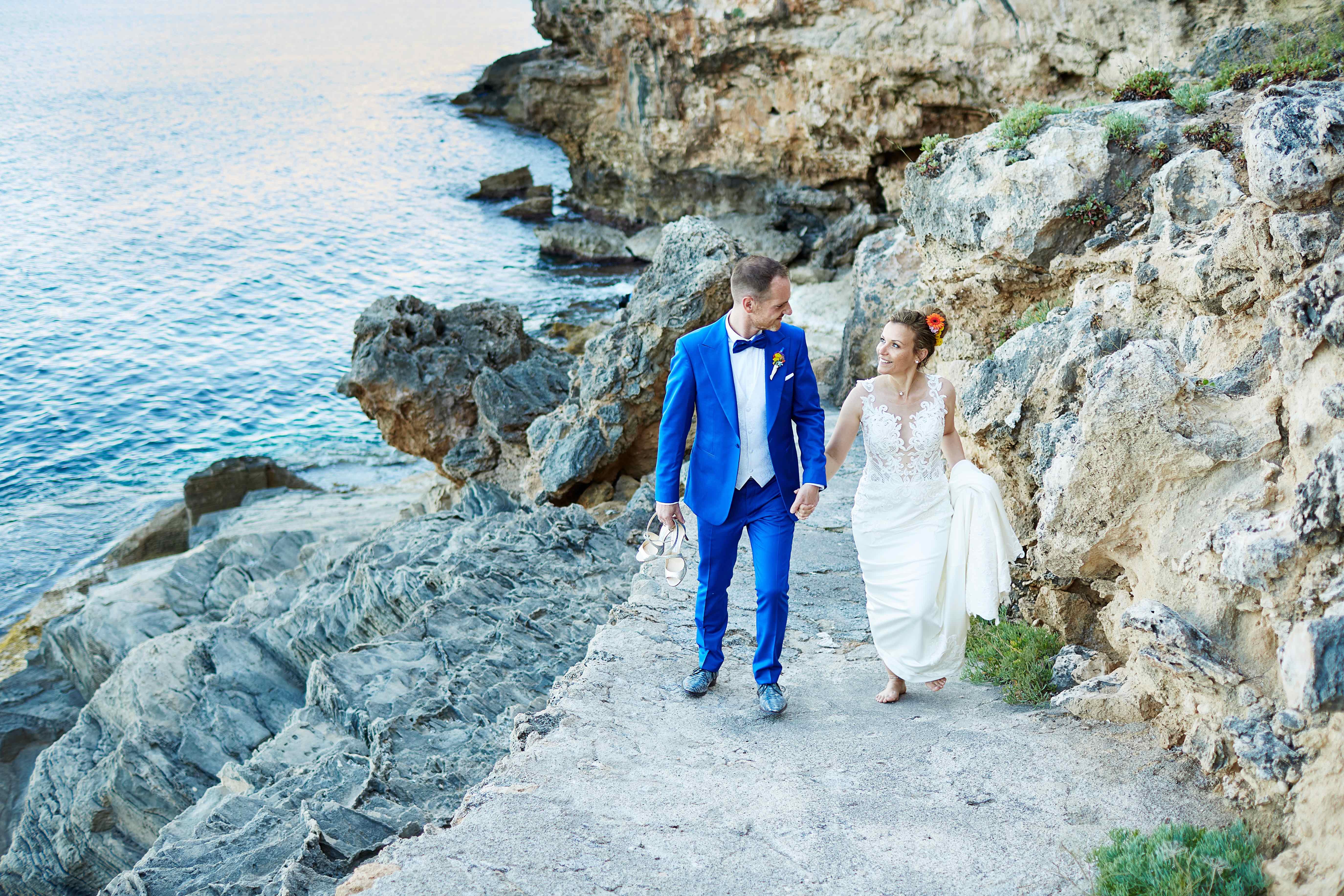 das Brautpaar an den Klippen von Mallorca
