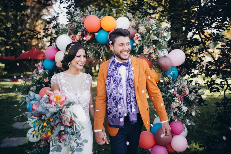 Brautpaar vor dem Ballonbogen